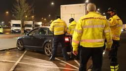 De politie controleert verkeer op de A2 richting Den Bosch (foto: Bart Meesters).