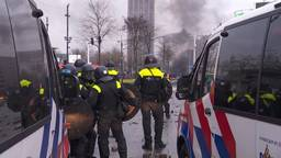 De politie in actie tijdens de rellen in Eindhoven