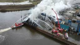Bij recyclebedrijf AVI aan de Rietveldenweg in Den Bosch woedde dinsdag de hele dag een enorme brand.