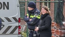Burgemeester Joyce Vermue  laat zich informeren bij het drugslab in Wernhout (foto: Tom van der Put / SQ Vision).
