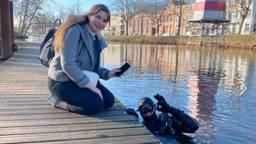 Mona met duiker Jesse die haar mobieltje vond in de gracht van Breda (foto: DiveSenses).