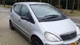 De auto van de man wordt weggesleept (foto: verkeerspolitie oost-Brabant).