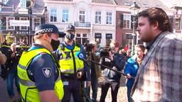 Johan de Vos in gesprek met twee boa's (foto: Omroep Brabant).