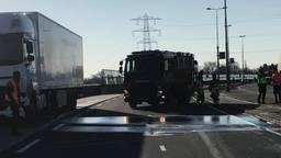 De brandweer spuit de gelekte diesel van het wegdek (foto: Brandweer Berkel-Enschot).