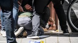 De demonstrant werd door de beveiligers vastgehouden (foto: ANP/Rob Engelaar).