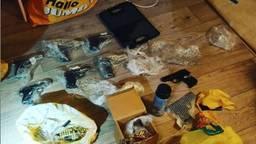 Deze wapens lagen in het huis van de 18-jarige (foto: politie).
