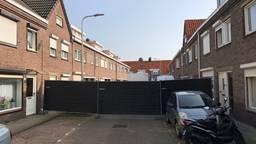 Deel van de Van Alkemadestraat is afgesloten voor politieonderzoek (Foto: René van Hoof)
