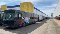 De partybussen mogen niet het terrein in Breda verlaten (foto: Jean Paul van der Rijk).