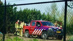 Een motorcrosser moet met een brandweerjeep van het terrein gehaald worden.