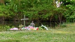 De bloemen die buurtbewoners neerlegden (foto: Tom van der Put/SQ Vision).