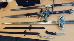 De zwaarden en andere steekwapens worden vernietigd (foto:politie)