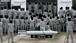 Amerikanen poseren met 'de atoombom' (foto: Bellingcat)