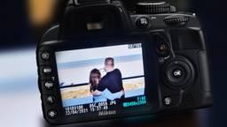 Een foto van de vermiste camera met daarop één van de foto's die die dag genomen is. Privéfoto.