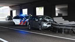 Auto botst frontaal op vangrail op de A16