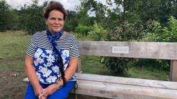 Yvonne van Loon op haar herinneringsbankje.