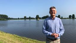Dijkgraaf Kees Jan de Vet bij de Maas met hoog water (foto: Rene van Hoof).