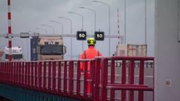 Op de Haringvlietbrug geldt voorlopig een maximumsnelheid van vijftig kilometer