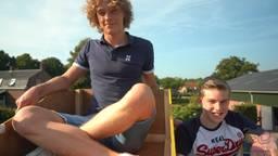 Sander en Pieter bij hun achtbaan (foto: 2College Durendael, Geert van der Mijden).