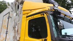 Vrachtwagen schiet van de weg en raakt twee bomen