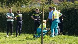 Hulpdiensten schoten het gewonde slachtoffer te hulp na de steekpartij in Oss. (Foto: SQVision/Gabor Heer)