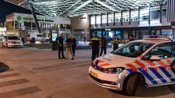 De politie bij station Tilburg (archieffoto: Iwan van Dun/SQ Vision).
