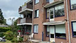 Het appartementencomplex staat er verloren bij (foto: Erik Peeters).