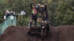 Bax en Musset komen juichend over de finish (foto: Corrado Francke).
