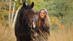 Maddy Ogier met haar paard Artoga (foto: Ilse_.fotografie).