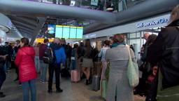Reizigers op Eindhoven Airport balen van de problemen door de mist
