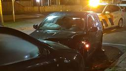 De BMW is op een rij geparkeerde auto's gebotst, de eerste wagen werd door de kracht de zijkant op geduwd (foto:Richard  Goosen).