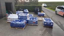 Jerrycans met drugsgrondstoffen in Ossendrecht (foto: politie)