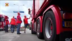 Vrachtwagens staan door de actie in de rij bij Coca-Cola
