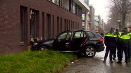 Auto botst tegen flat op de Doctor Cuyperslaan in Eindhoven
