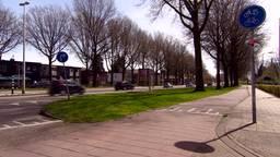 Man in Tilburg slaat erop los met stoeptegel: auto total loss, meisje zwaargewond