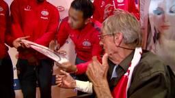 PSV bezoekt fans in ziekenhuis met kampioensschaal