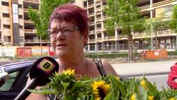 Ank Vlieger steunt politie met bloemetje