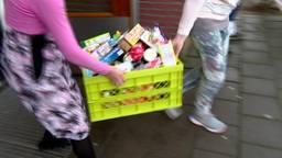 Inzamelpunten brengen eten naar opslagplaats van de voedselbankactie