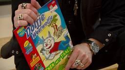 Voor de derde keer reikte kinderboekenschrijver Paul van Loon vandaag het tijdschrift Dolfje Weerwolfje uit, bedoeld om laaggeletterdheid aan te pakken