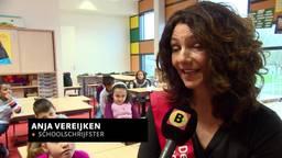 Schoolschrijfster Anja Vereijken in de klas bij basisschool Westwijzer in Helmond