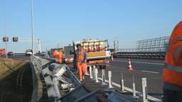 Vrachtwagen verliest brokken puin op A16 bij Breda-Princeville