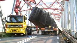 Vrachtwagen rijdt zich vast op brug