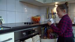 Jasmijn (9) maakt kerstpakketten voor arme gezinnen