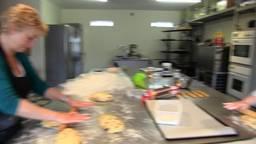 Manuela van Heel Holland Bakt maakt met zus overheerlijk paasbrood