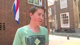 Examenuitslag: een leerling van 't Ravelijn in Steenbergen kreeg goed nieuws te horen, van niemand minder dan staatssecretaris Dekker