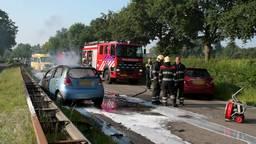 Auto uitgebrand na botsing, 'drie dappere mannen' voorkomen erger