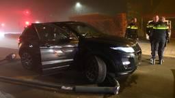 Gestolen Range Rover botst tegen lantaarnpaal, verdachte vlucht te voet