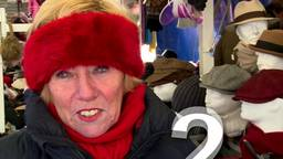 Twee onderbroeken en acht lagen kleding aan om warm te blijven op de markt