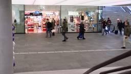 Bert en Sylvia lopen door het nieuwe station