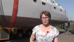 Meterslange catamaran maakt tocht door Aarle-Rixtel