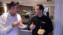 Ronald Sträter eet een frietje speciaal met Dakar-deelnemer Ton van Genugten.